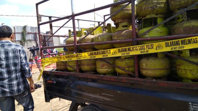 Polri membongkar pabrik gas oplosan di Tangerang. (Liputan6.com/Pramita Tristiawati)