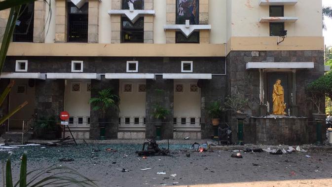 Puing-puing terlihat di halaman Gereja Santa Maria pascaledakan bom, Surabaya, Jawa Timur, Minggu (13/5). Dua orang tewas dan 13 orang menderita luka akibat ledakan di Gereja Santa Maria. (AP/Trisnadi)