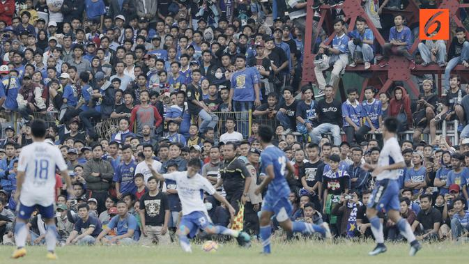 Suporter tumpah ruah hingga ke lapangan saat menyaksikan pertandingan antara Perserang Serang melawan Persib Bandung pada laga uji coba di Stadion Maulana Yusuf, Serang, Kamis (1/3/2018). Persib menang 6-0 atas Perserang. (Bola.com/M Iqbal Ichsan)