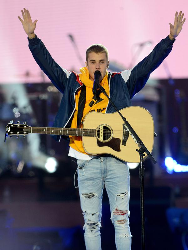 Penyanyi Justin Bieber tampil membawakan lagu dalam konser amal bertajuk