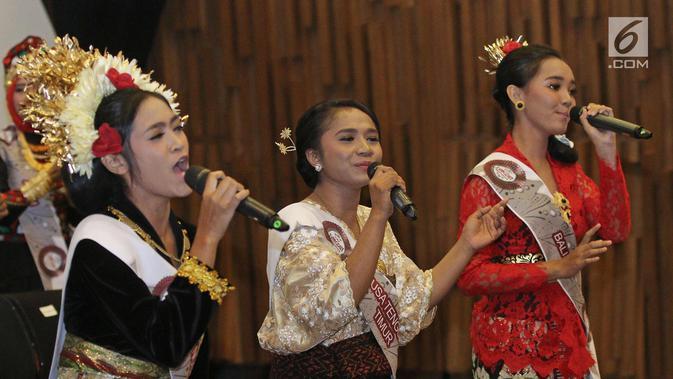 Peserta dari Bali dan Nusa Tenggara Timur membawakan lagu saat jumpa pers Liga Dangdut Indonesia, Jakarta, Jumat (12/1). Liga Dangdut Indonesia, Indosiar akan memperkenalkan ke 170 peserta perwakilan 34 provinsi. (Liputan6.com/Herman Zakharia)