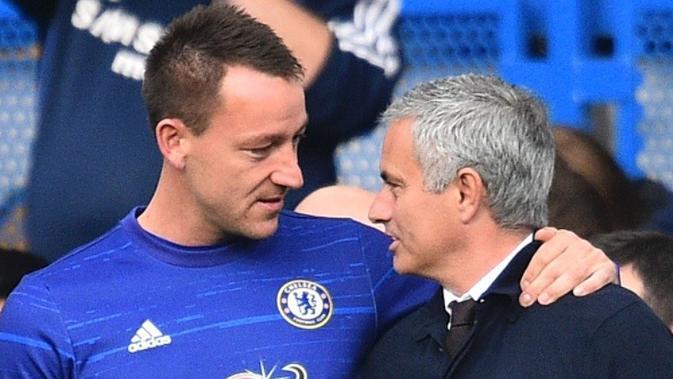 Jose Mourinho (kanan) merupakan satu di antara manajer yang mengalami nasib sial di Chelsea. (AFP/Glyn Kirk)