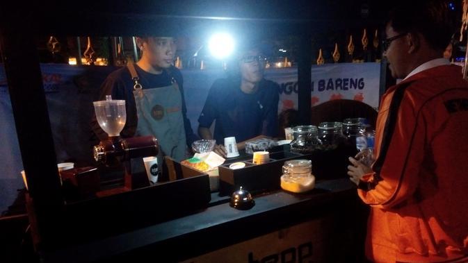 Yogyakarta memiliki ribuan pilihan untuk menikmati kopi. Tidak hanya di warung kopi, kedai kopi atau cafe, tapi juga di pinggir jalan. (Liputan6.com/Yanuar H)