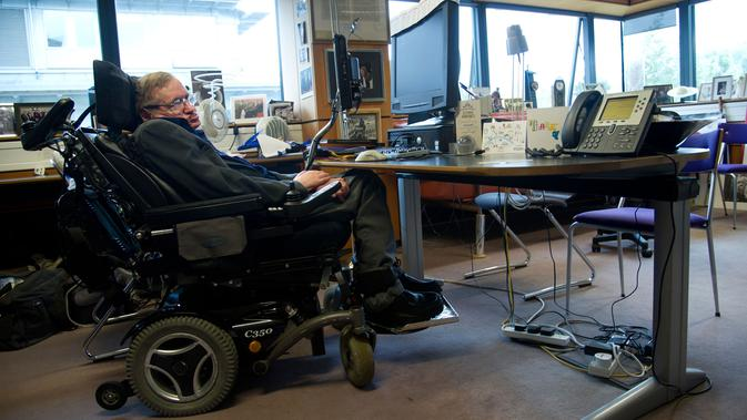 Ilmuwan terkemuka Stephen Hawking duduk di ruang kerjanya di The Centre for Mathematical Sciences, University of Cambridge, London, Inggris, 30 Agustus 2012. (AFP PHOTO/VICE PRESIDENCY OF ECUADOR/Guillermo Granja)