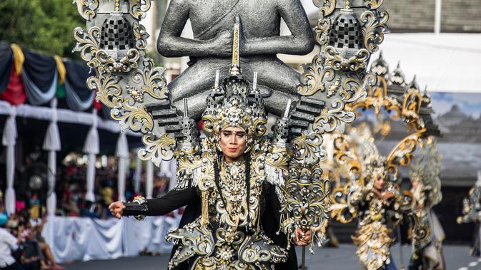 Peserta memakai kostum adat Indonesia dalam parade Jember Fashion Carnaval 2017 di pulau Jawa timur (13/8). Para perancang membuat kostum dengan pengaruh tradisional Palembang, Toraja, Borneo, Papua, Lampung, Bali dan Betawi. (AFP Photo/Juni Kriswanto)
