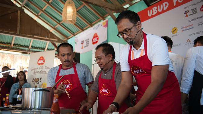 Bara Pattiradjawane ikut dalam membuat mi terpedas dunia di Ubud Food Festival (UFF) ABC (Liputan6.com/Pool/ABC)