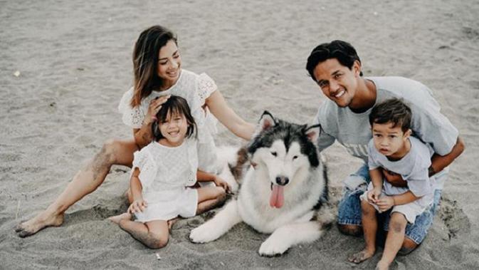 Lihat di sini bagaimana potret kompak dan bahagianya keluarga dari Irfan dan Jennifer Bachdim saat berada di Bali, penasaran? Sumber foto: Sweet Escape (sweetescape.com/@sweet.escape).