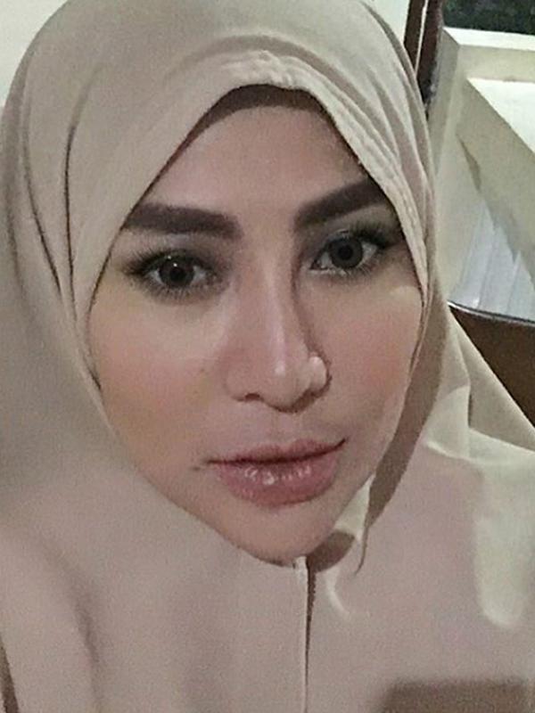 Penyanyi dangdut Cinta Penelope mantap menutup auratnya dengan hijab panjang. Mengubah penampilan 180 derajat, Cinta Penelope mendapat banyak dukungan dari warga dunia maya. (Instagram/princess_cinta_penelope)