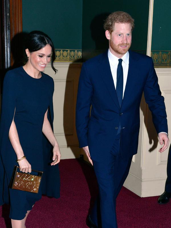 Pangeran Harry bersama tunangannya, Meghan Markle menghadiri konser perayaan ulang tahun Ratu Elizabeth di London, Sabtu (21/4). Penampilan Meghan Markle terlihat serasi dengan busana yang dikenakan Pangeran Harry. (John Stillwell/Pool via AP)