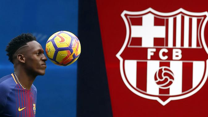 Pemain Barcelona, Yerry Mina menunjukan skill saat sesi perkenalan di Camp Nou stadium, Barcelona, (13/1/2018). Mina didatangkan Barcelona dari Palmeiras sebesar 10.5 juta pounds. (AP/Manu Fernandez)
