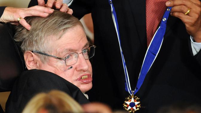 Foto pada tanggal 12 Agustus 2009, Stephen Hawking menerima Presidential Medal of Freedom dari Presiden AS Barack Obama di Washington DC. Stephen Hawking meninggal pada usia 76 tahun. (AFP Photo/Jewel Samad)
