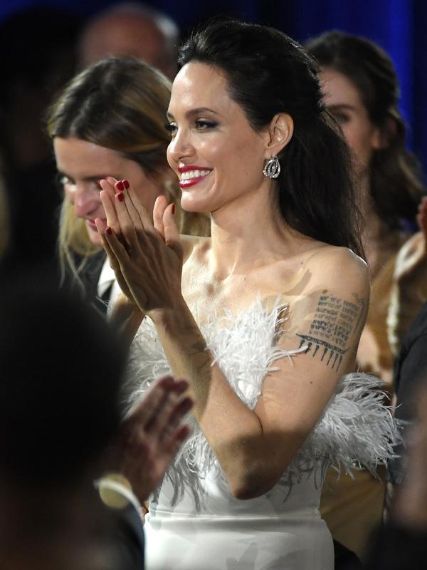 Angelina Jolie menghadiri acara Critics Choice Awards 2018 di Santa Monica, California, Kamis (11/1). Setelah berpisah dari Brad Pitt, Jolie perlahan menunjukkan perubahan pada penampilannya yang lebih fresh dan menawan. (KEVIN WINTER/GETTY IMAGES/AFP)