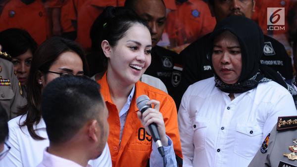 Artis peran dan model, Jennifer Dunn mengangkat tangan saat diperlihatkan usai penangkapan di Dirnarkoba Polda Metro Jaya, Jakarta, Selasa (2/1). (Liputan6.com/Helmi Fithriansyah)