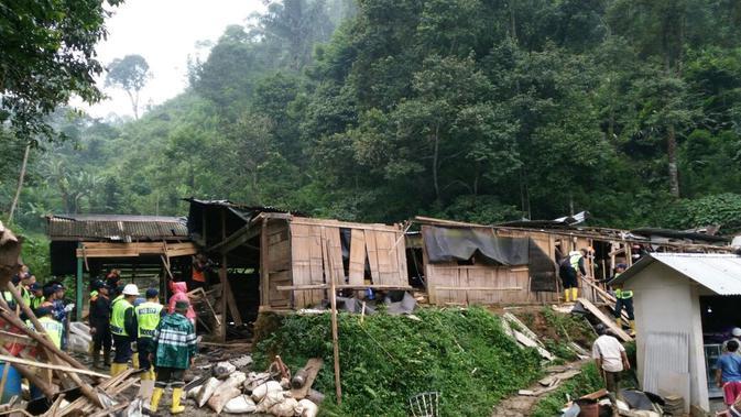 Puluhan bangunan liar di kawasan milik PT Antam Pongkor ditertibkan petugas gabungan, Selasa (13/2/2018). (Liputan6.com/Ahmad Sudarno)