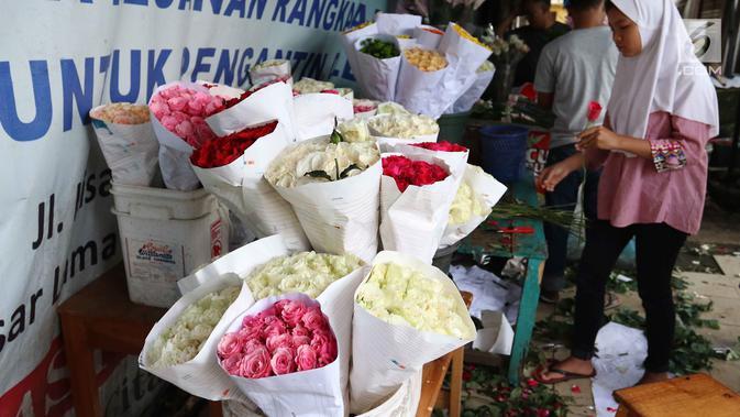 Deretan bunga mawar aneka warna dijual di kawasan Tangerang, Banten, Selasa (13/2). Hari Valentine atau Hari Kasih Sayang diperingati setiap tanggal 14 Februari. (Liputan6.com/Angga Yuniar)