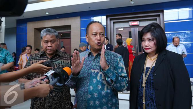 Menristek-Dikti Muhammad Nasir (tengah) bersama Ketua yayasan Akademi Televisi Indonesia (ATVI) Maria Suryani (kanan) memberikan keterangan kepada wartawan usai kuliah perdana di studio Indosiar, Jakarta, (31/8). (Liputan6.com/Angga Yuniar)
