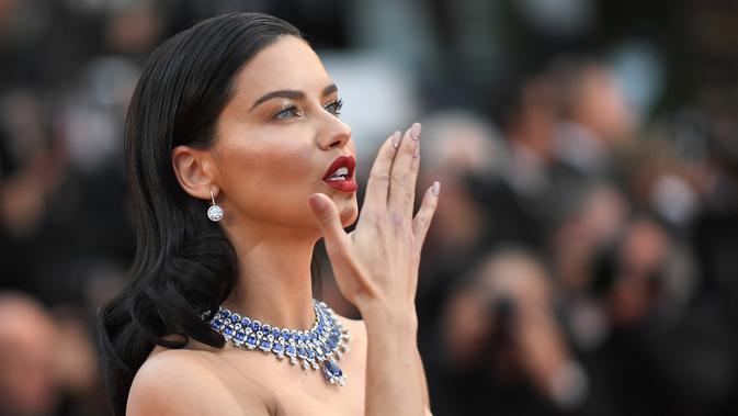 Adriana Lima berpose saat tiba menghadiri pemutaran film