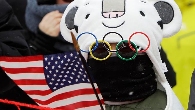 Seorang anak mengenakan kacamata unik saat menyaksikan pertandingan nomor giant slalom putri pada Olimpiade Musim Dingin 2018 di PyeongChang, Korea Selatan, Rabu (14/2). Ada 92 negara peserta yang mengikuti ajang tersebut. (AP/Michael Probst)