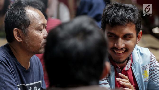 Sejumlah tunanetra berbincang usai menyaksikan film di Bioskop Bisik di Pavilliun 28, Jakarta, Minggu (14/1). Kini, menonton bioskop bukan menjadi hal mustahil lagi bagi penyandang tunanetra. (Liputan6.com/Faizal Fanani)