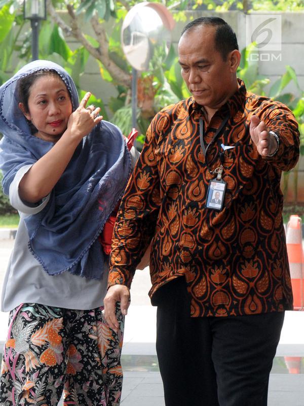 Istri muda Bupati Bengkulu Selatan Dirwan Mahmud, Heni Dirwan tiba untuk diperiksa di Gedung KPK, Jakarta, Rabu (16/5). Empat orang diamankan di rumah pribadi Bupati Bengkulu Selatan Dirwan Mahmud terkait suap proyek. (Merdeka.com/Dwi Narwoko)