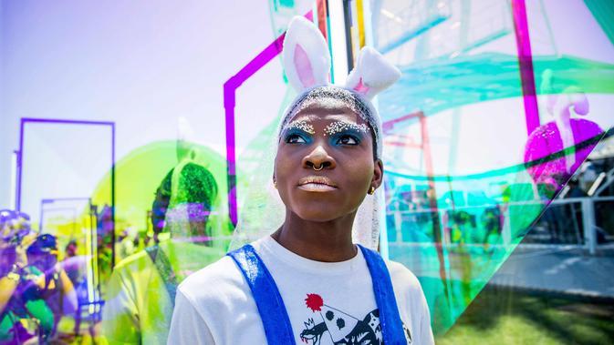 Seorang wanita berpose saat menghadiri Music & Arts Festival 2018 di Empire Polo Club di Indio, Calif (15/4). Festival ini selalu ditunggu oleh pencinta musik dunia dan selebriti Hollywood. (AP Photo/Amy Harris)