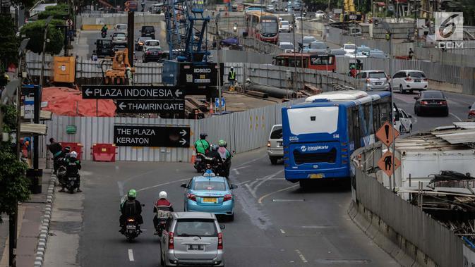 Pengendara sepeda motor melintasi Jalan MH Thamrin, Jakarta, Kamis (11/1). Kebijakan ganjil genap akan diberlakukan untuk menggantikan larangan melintas sepeda motor yang telah dicabut di Jalan MH Thamrin. (Liputan6.com/Faizal Fanani)