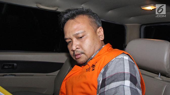 Ekspresi tersangka Irvanto Hendra Pambudi Cahyo mengenakan rompi tahanan keluar meninggalkan Gedung KPK, Jakarta, Senin (12/3). Keponakan terdakwa Setya Novanto itu menjalani pemeriksaan perdana pascapenahanan. (Liputan6.com/Herman Zakharia)