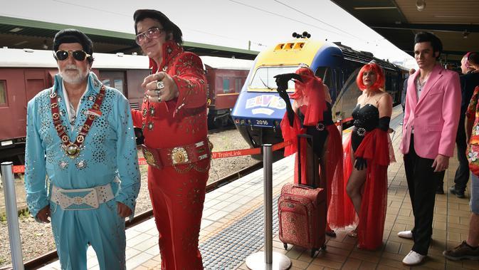 Sejumlah penggemar Elvis mengenakan kostum tiba di Central station untuk naik kereta ke The Parkes Elvis Festival, di Sydney (11/1). Mereka akan menuju kota Parkes, New South Wales untuk mengenang kehidupan Elvis Presley. (AFP Photo/Peter Parks)