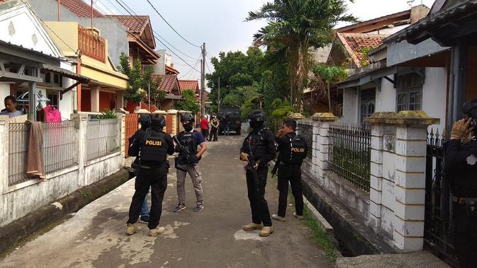 Tim Densus 88 gerebek rumah terduga teroris di Tangerang. (Liputan6.com/Pramita)