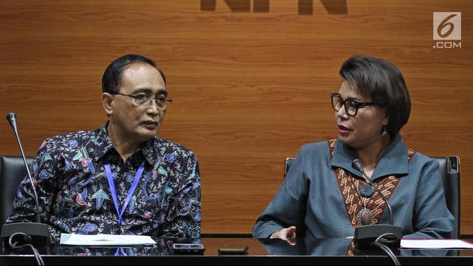 Wakil Ketua KPK Basaria Panjaitan (kanan) bersama Kepala Badan Pengawas MA Sunarto (kiri) saat konferensi pers terkait OTT Tangerang di Gedung KPK, Jakarta, Selasa (13/3). KPK menetapkan empat tersangka. (Liputan6.com/Herman Zakharia)