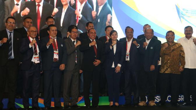 Ketum PSSI Edy Rahmayadi berfoto bersama jajarannya saat pembukaan kongres PSSI 2018 di ICE, BSD, Tangerang Selatan, Sabtu (13/1). Kongres PSSI kali ini dihadiri 106 voter dari perwakilan berbagai klub. (Liputan6.com/Angga Yuniar)