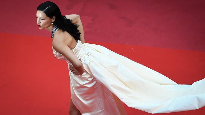Adriana Lima berpose di karpet merah saat menghadiri pemutaran film