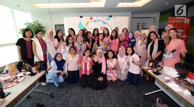 Sebanyak 30 peserta belajar merias berfoto bersama usai mengikuti Lifestyle Meetup kelas beauty workshop di SCTV Tower, Jakarta, Sabtu (12/8). (Liputan6.com/Helmi Afandi