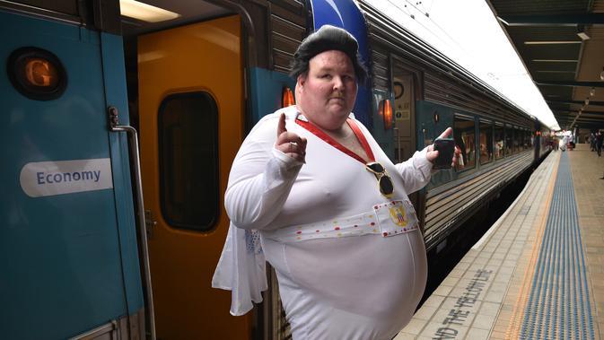 Seorang penggemar Elvis berpose di stasiun Central sebelum naik kereta ke The Parkes Elvis Festival, di Sydney (11/1). The Parkes Elvis Festival adalah acara tahunan untuk mengenang kehidupan Elvis Presley di kota Parkes. (AFP Photo/Peter Parks)