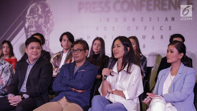 Prisia Nasution (dua kanan) memberi penjelasan dalam konferensi pers Indonesia Box Office Movie Awards (IBOMA) 2018 di Jakarta, Rabu (14/3). Proses penjurian IBOMA 2018 kini mulai berlangsung. (Liputan6.com/Faizal Fanani)