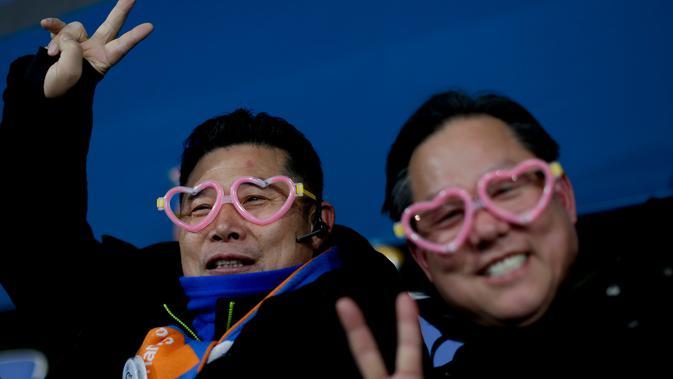Penonton mengenakan kacamata unik saat menyaksikan cabang curling antara Rusia dan Swiss pada Olimpiade Musim Dingin 2018 di Gangneung, Korea Selatan, Senin (12/2). Olimpiade PyeongChang berlangsung hingga 25 Februari mendatang. (AP/Natacha Pisarenko)
