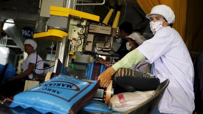 Pekerja menyiapkan paket beras di pabrik provinsi Chainat, Thailand (16/12/2015). Bulog menargetkan impor beras tahun ini sebesar 1,5 juta ton di mana 1 juta ton dari Vietnam dan 500.000 ton dari Thailand.(REUTERS / Jorge Silva)