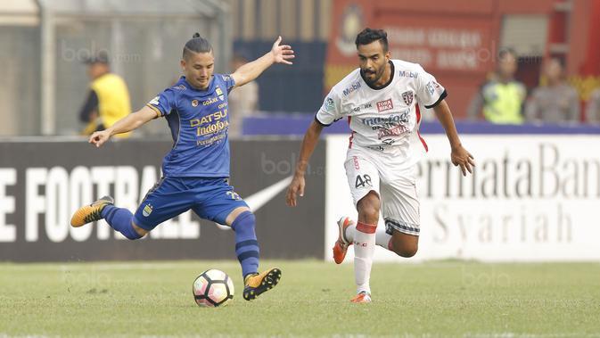 Kim Kurniawan beraksi bersama Persib Bandung di Liga 1 2017. (Bola.com/M Iqbal Ichsan)