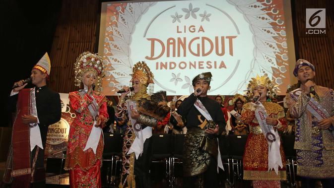 Peserta Liga Dangdut Indonesia membawakan lagu saat jumpa pers di SCTV Tower, Jakarta, Jumat (12/1). Liga Dangdut Indonesia, Indosiar akan memperkenalkan ke 170 peserta perwakilan 34 provinsi. (Liputan6.com/Herman Zakharia)