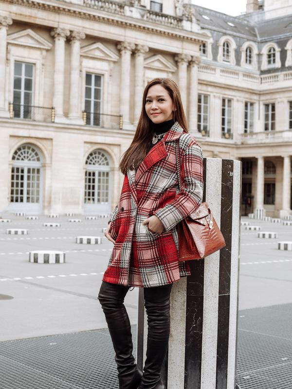 Maia Estianty juga tampil memukau dengan mengenakan coat berwarna merah dan putih. Ia menyempurnakan penampilannya dengan menggunakan sepatu boot warna hitam. (Foto: instagram.com/maiaestiantyreal)