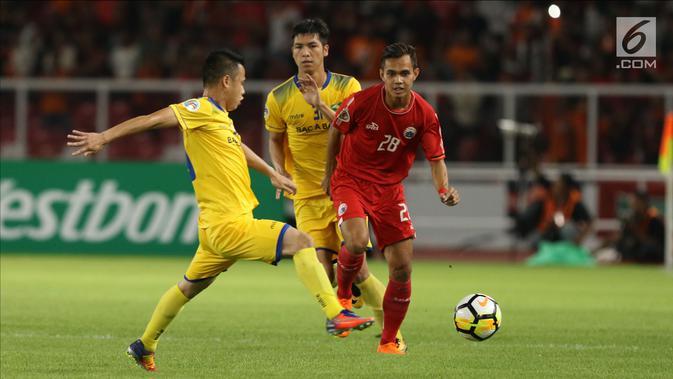 Bek Persija, M Rezaldi Hehanusa berusaha melewati pemain Song Lam Nghe An pada fase grup H Piala AFC di Stadion GBK Jakarta, Rabu (14/3). Babak pertama Persija ditahan imbang Soang Lam Nghe An 0-0. (Liputan6.com/Helmi Fithriansyah)