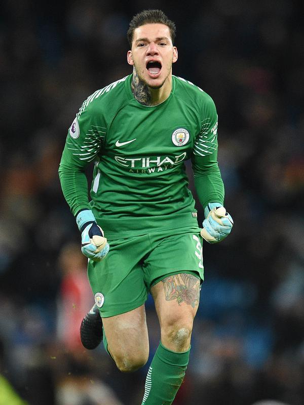 2. Ederson Moraes (Manchester City) - Uang besar yang dikeluarkan The Citizens untuk memboyong kiper asal Brasil ini tak sia-sia. Refleks yang cepat dan berani duel satu lawan satu membuatnya menjadi kiper yang disegani. (AFP/Oli Scarff)