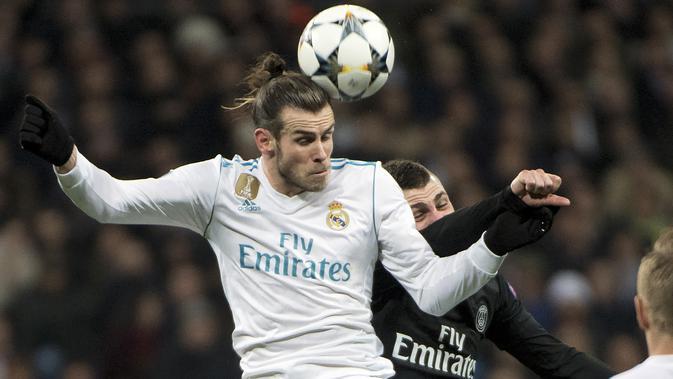 Aksi Gareth Bale (kiri) saat melakukan duel dengan pemain PSG, Marco Verratti (kanan) pada laga 16 besar Liga Champions di  Santiago Bernabeu stadium, Madrid, (14/2/2018).  Madrid menang 3-1. (AFP/Christophe Simon)
