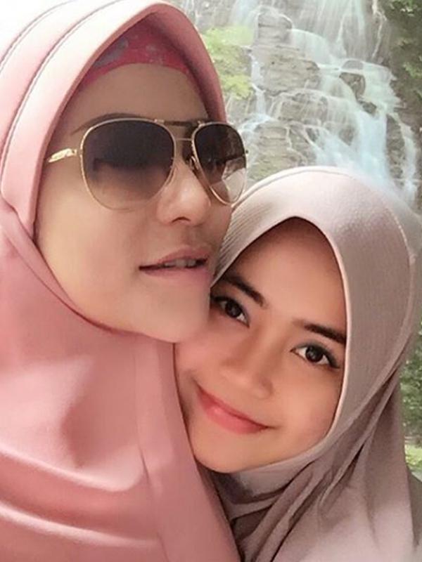 Selebritas Cinta Penelope (kiri) kini tampil dengan mengenakan hijab dan kacamata. Keinginan Cinta untuk menutupi aurat sudah ada sejak lama, namun dirinya masih berjuang untuk lulus segala cobaan. (Instagram/princess_cinta_penelope)
