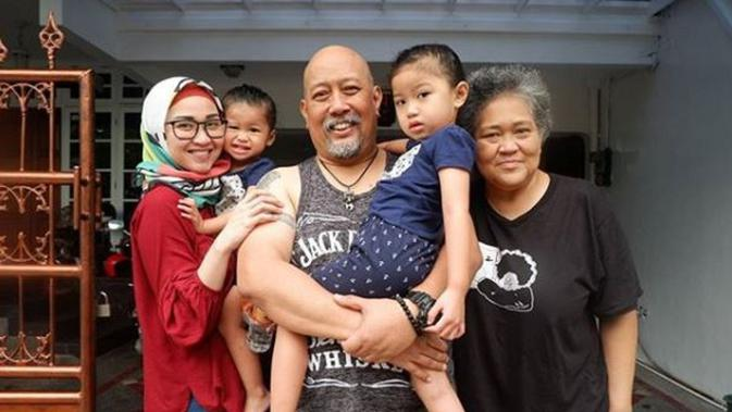 Indro Warkop bersama keluarga (Instagram/@indrowarkop_asli)
