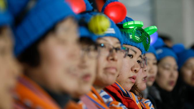 Penonton mengenakan atribut unik saat menyaksikan cabang curling antara Rusia dan Norwegia pada Olimpiade Musim Dingin 2018 di Gangneung, Korea Selatan, Selasa (13/2). Olimpiade PyeongChang berlangsung hingga 25 Februari mendatang. (AP/Natacha Pisarenko)