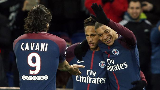 Neymar, Cavani dan Mbappe merayakan gol saat melawan Dijon pada laga Ligue 1 di Parc des Princes stadium, Paris, (17/1/2018). PSG menang telak 8-0. (AP/Thibault Camus)