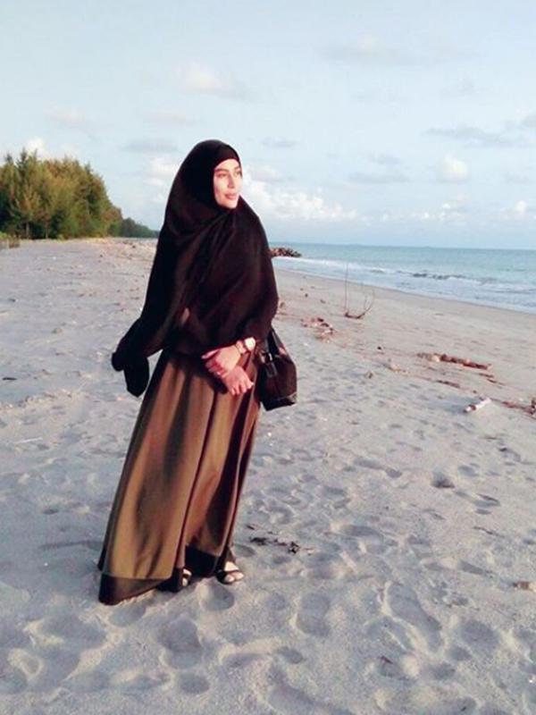 Penyanyi dangdut Cinta Penelope berpose di sebuah pantai dengan mengenakan hijab. Pelantun 'Keong Racun' ini tak ragu lagi menuliskan kata-kata yang lebih agamais di media sosialnya. (Instagram/princess_cinta_penelope)