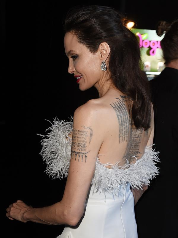 Angelina Jolie menghadiri acara Critics Choice Awards 2018 di Santa Monica, California, Kamis (11/1). Detail berbulu yang melingkari bagian dada hingga punggungnya menambah aksen tersendiri dalam penampilan Jolie kali ini. (KEVIN WINTER/GETTY IMAGES/ AFP)
