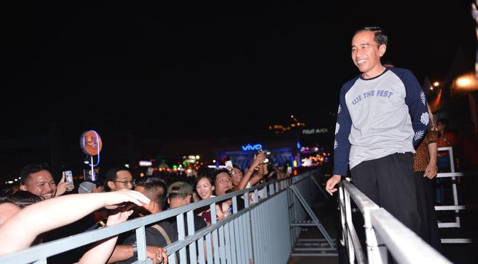 Presiden Jokowi menonton konser We The Fest (WTF). (Liputan6.com/Ahmad Romadoni)